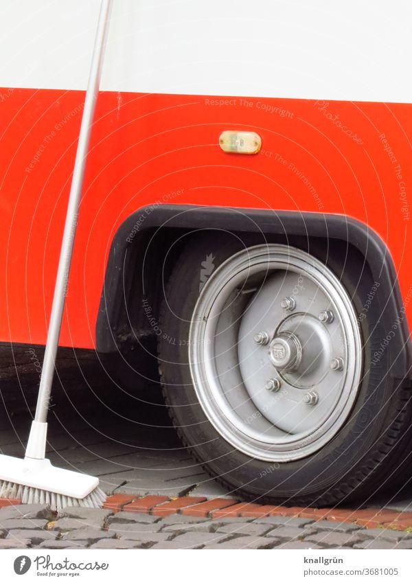 Weißer Schrubber der an der Rückseite eines roten Verkaufswagen lehnt Fahrzeug Reifen Rad Detailaufnahme Außenaufnahme Verkehr PKW Lastwagen Anhänger Farbfoto