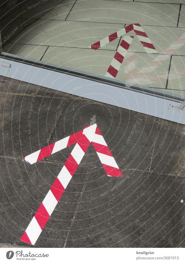 Rot-weiße Pfeile als Wegweiser auf den Boden geklebt gestreift Schilder & Markierungen Richtung Orientierung Zeichen Navigation Hinweis Wege & Pfade