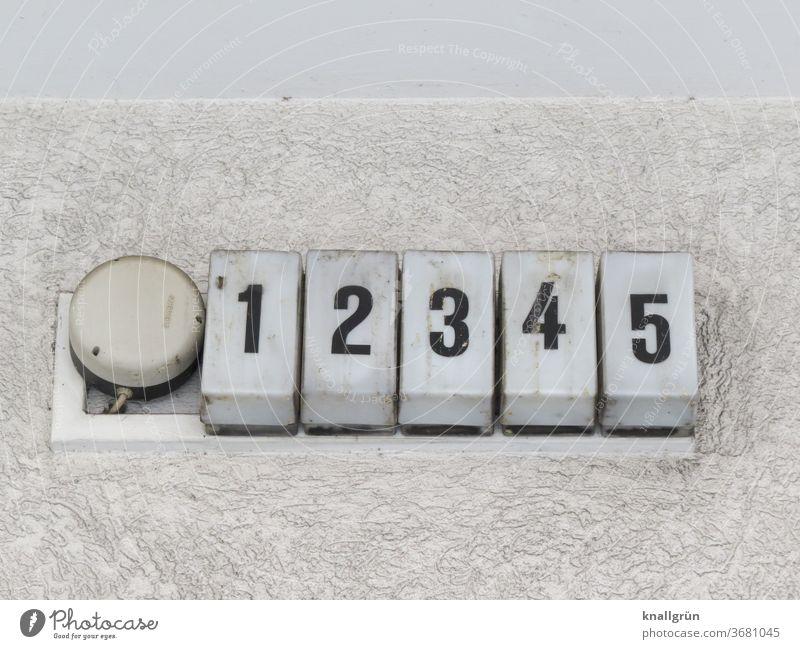 12345 Ziffern & Zahlen Wand nebeneinander Nahaufnahme Menschenleer Außenaufnahme Zahlenreihe Textfreiraum Gedeckte Farben dreckig schmutzig Rechteck Freisteller