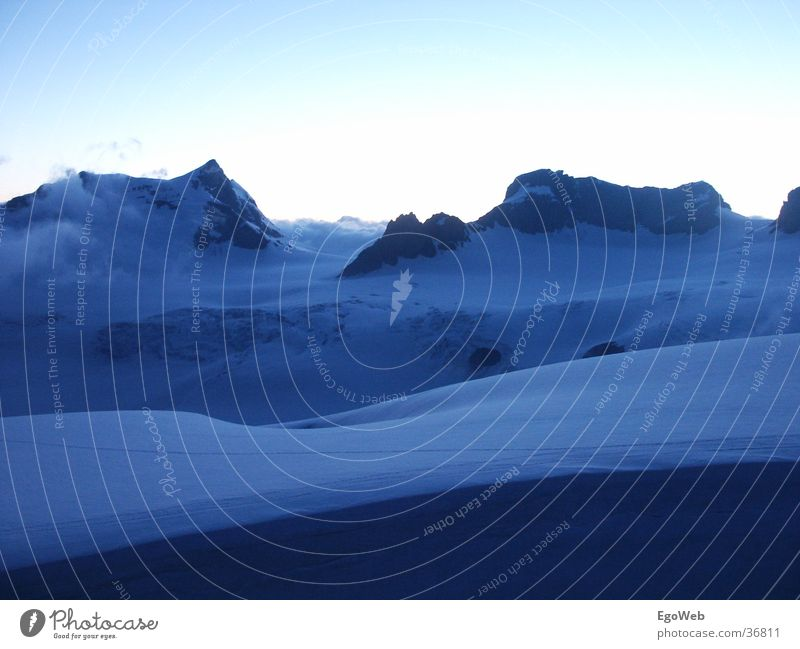 Eislandschaft Gletscher kalt weiß durchsichtig groß weich schön dunkel blau Wolken Schweiz Zeit Berge u. Gebirge Schnee Abend Landschaft Glätte rhuig Spitze