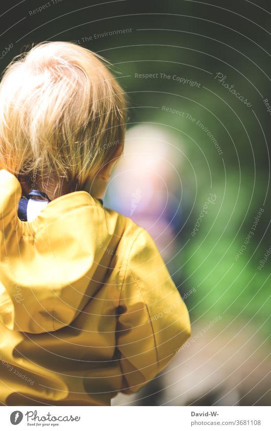 Kleinkind beobachtet die Umgebung Kind Junge beobachten betrachtet Ansicht über die Schulter Rückansicht denken Gedanken überlegen nachdenklich Blick anonym