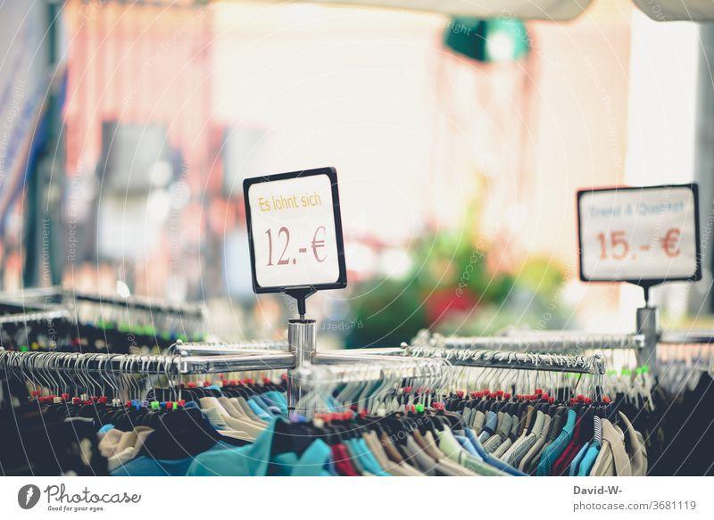 Einzelhandel / Bekleidung - reduzierte Preise in einem Einkaufladen Kleidung Geschäft Laden Klamotten Werbung Angebot locken Wirtschaft geschäft kaufen werben