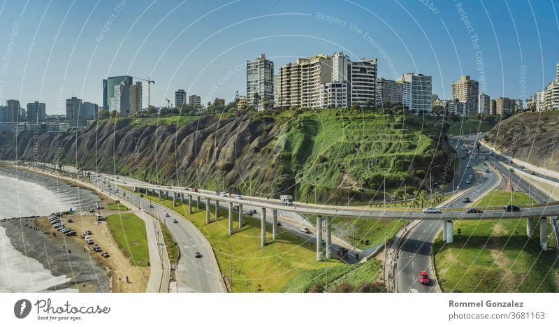 Luftaufnahme der Talfahrt von Armendariz, der Stadt Miraflores und des Costa-Verde-Riffs in Lima, Peru. Strandszene playas moderne Straße Peruaner Skyline