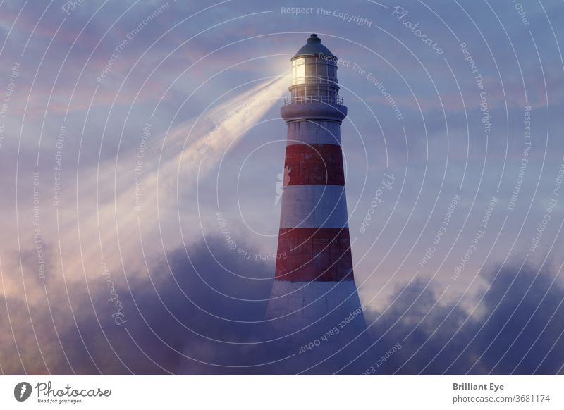 beleuchteter Leuchtturm über flauschigen Wolken nautisch Schifffahrt altehrwürdig farbenfroh malerisch Lichtturm Konstruktion Ufer im Freien klassisch