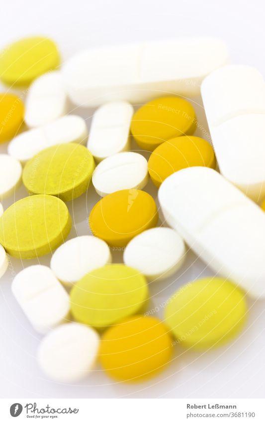 viele verschiedene Tabletten auf einem Haufen Gegenmittel Korona Gesundheitswesen Medizin Medizin und Wissenschaft Betäubungsmittel orange Selektiver Fokus