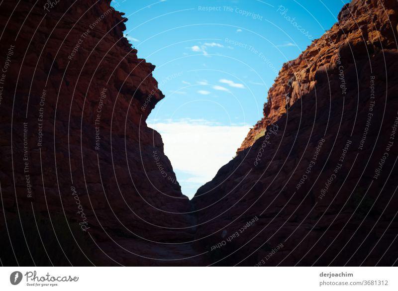 Der Berg mit der charakteristischen Kerbe. Kings Canyon - Watarrka National Park. Berge u. Gebirge Himmel Wolken blau Aussicht groß Felsen Natur Außenaufnahme