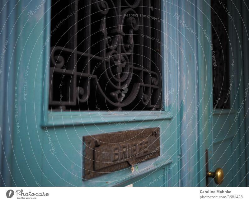 Alter Hauseingang mit Briefeinwurf Tür alt Beitrag Farbfoto türgriff Gebäude Außenaufnahme Stadt Straße Briefpost Farbig fenster Türfenster Grün hellblau