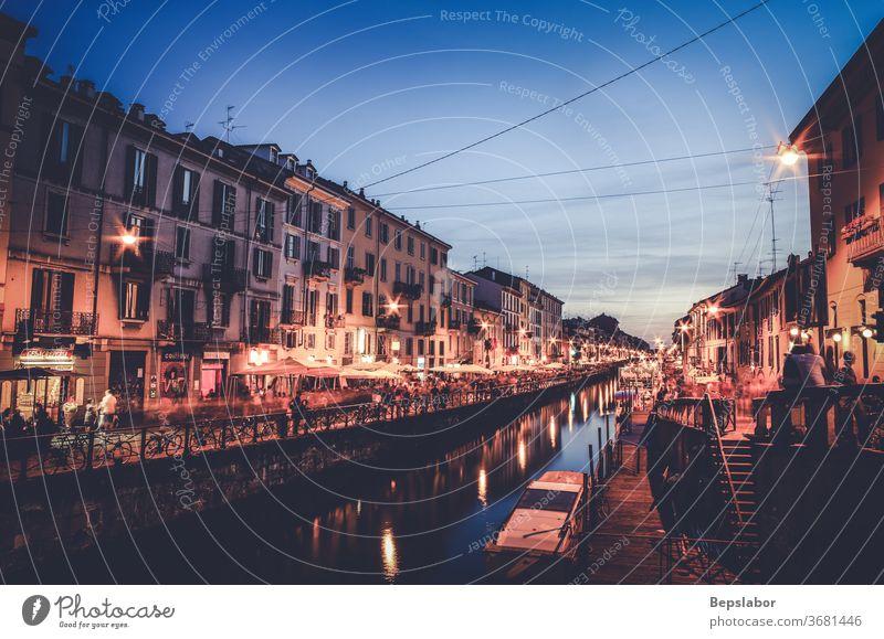 Blick auf den Sonnenuntergang des Naviglio-Kanals in Mailand, Italien naviglio Fluss Großstadt Straßenmarkt urban laufen Wasser Gebäude Italienisch Architektur