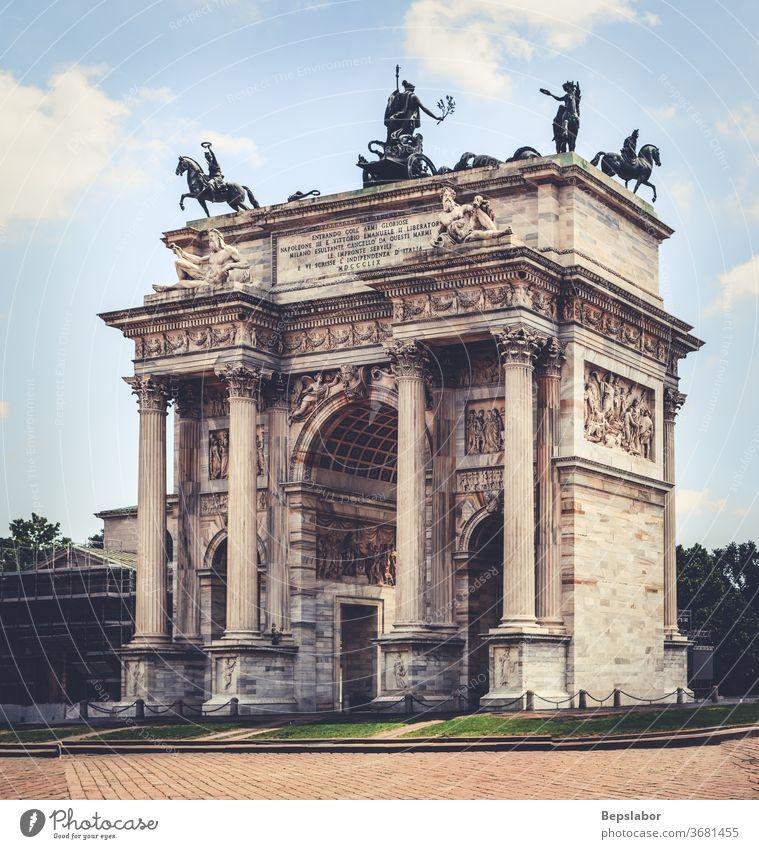 Ansicht des Arco della Pace, Triumphbogen in Mailand, Talien Bogen Architektur Gate Eingang Sempione-Park Schleife Niederlassungen Feier Eingabe Erbe Rasen