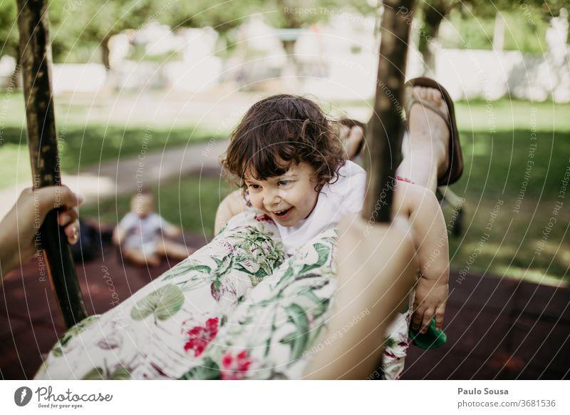 Mutter spielt mit Tochter auf der Schaukel pendeln Spielplatz Kaukasier Spielen Freude Bewegung schaukeln Park Kind Freizeit & Hobby Lächeln Mensch Fröhlichkeit