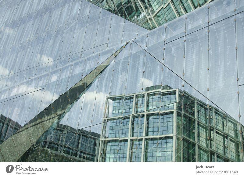Bahnhof im Wandel mit der Zeit Glasfassade Fassade Architektur modern Reflexion & Spiegelung quadratische Struktur relektierend Oberfläche geometrisch abstrakt