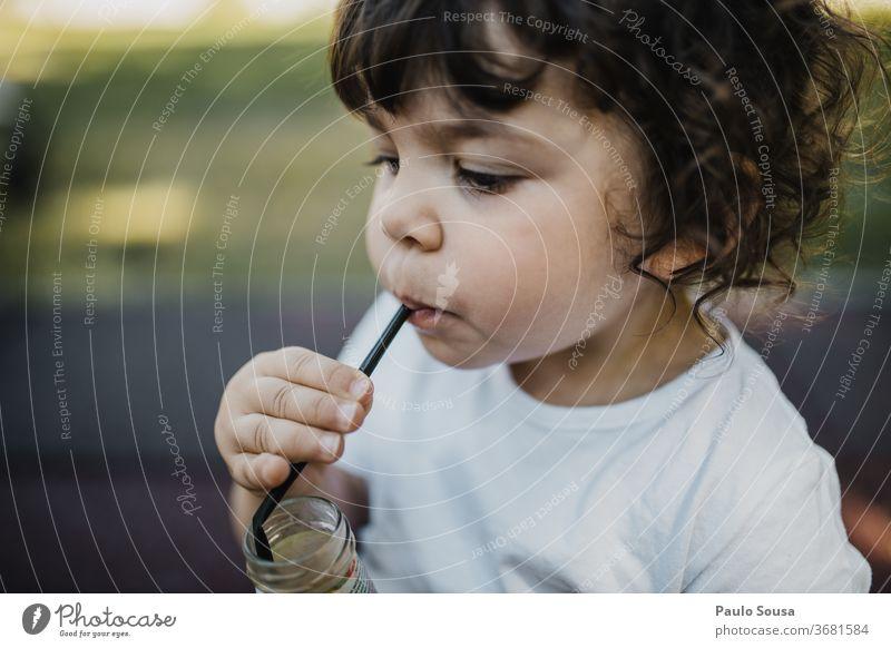 Kind trinkt Saft aus Strohhalm Natur gelb Kindheit trinken Saftglas frisch Gesundheit Limonade Farbfoto Getränk Erfrischungsgetränk Frucht lecker Lebensmittel