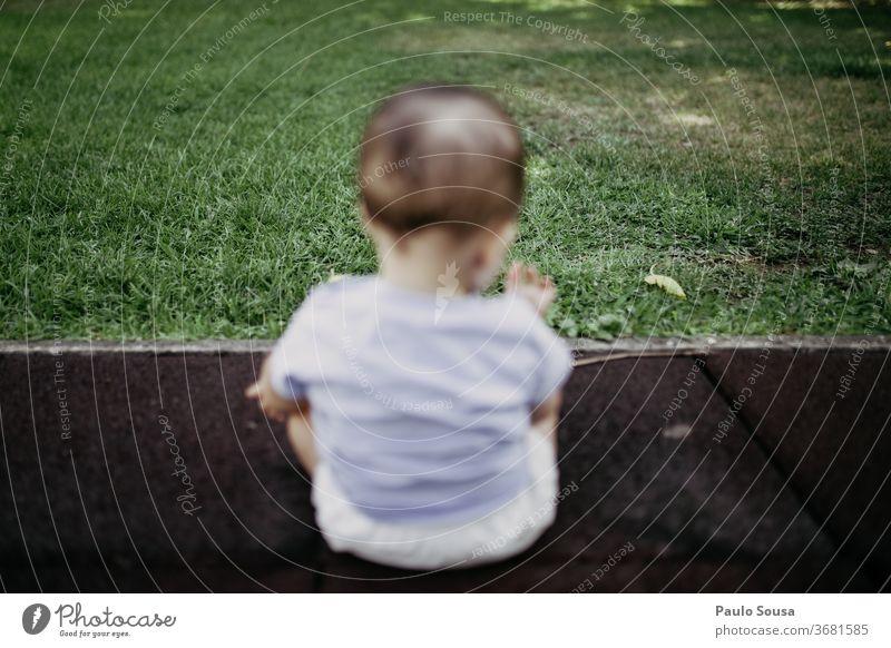 Rückansicht eines auf Rasen spielenden Kindes Baby Gras Sommer grün Kleinkind Natur klein niedlich Park Fröhlichkeit Außenaufnahme Freude Kindheit Junge Spielen