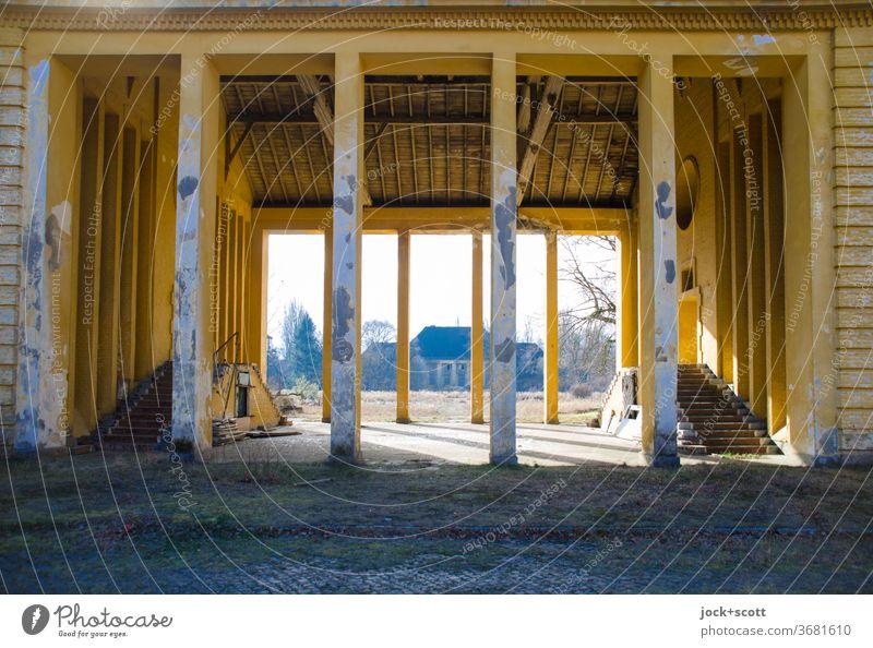 Durchblick am frühen kalten Morgen Lager Lost Place Architektur Ruine Militärgebäude Vergangenheit Symmetrie lost places standhaft Säule Durchgang Zahn der Zeit