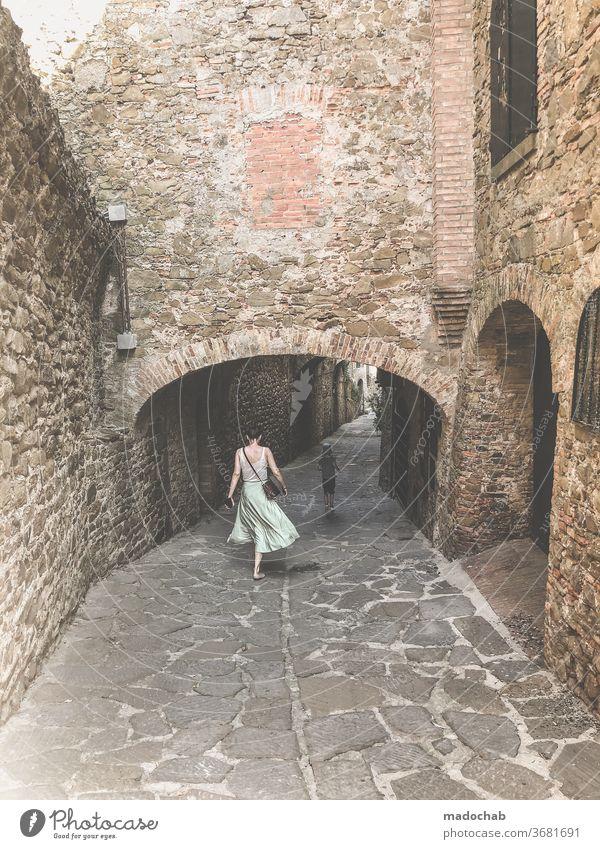 Castiglione della Pescaia Stadt Italien Gasse Toskana Architektur historisch Haus Altstadt Fassade Gebäude Außenaufnahme Stadtzentrum Bauwerk Wäsche Fenster