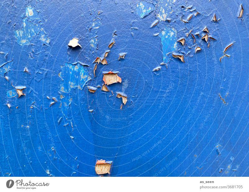 Blaue Wand mit Altersspuren blau abgeblättert alt Außenaufnahme Farbfoto Menschenleer Tag Fassade Haus Farbe abgeplatzt leuchtend Strukturen & Formen verfallen