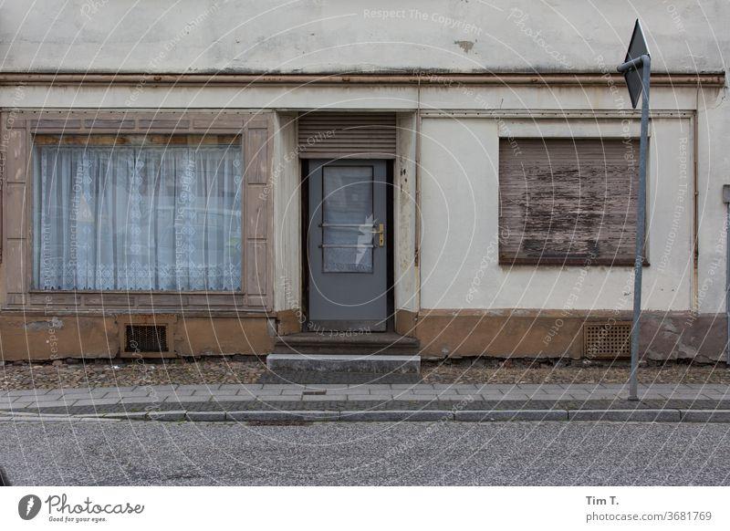Schöne Gardine Lausitz Brandenburg Stadt Kleinstadt Fenster Altbau Straße Tür laden Haus Menschenleer Außenaufnahme Farbfoto Fassade Tag Gebäude Altstadt Wand