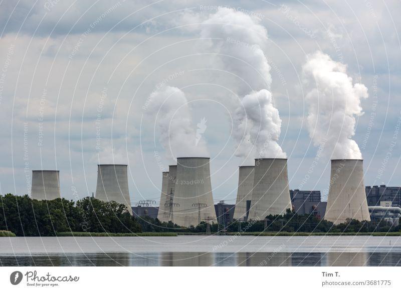 Kohlekraftwerk Kühltürme Energiewirtschaft Außenaufnahme Farbfoto Menschenleer Industrie Umweltverschmutzung Tag Klimawandel Umweltschutz Energiekrise