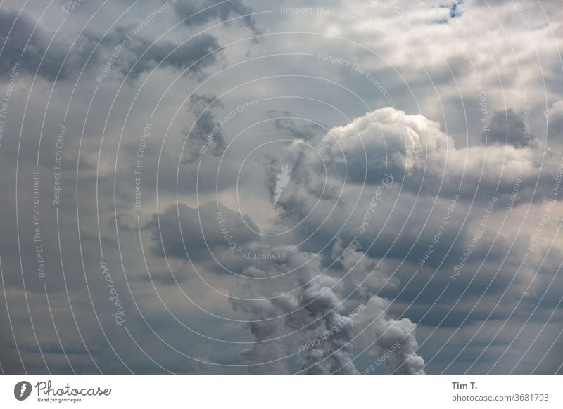 der Himmel über der Lausitz Brandenburg Wasserdampf Emission Rauch Kühlturm Energiewirtschaft Umweltverschmutzung Kohlekraftwerk Klimawandel Farbfoto Industrie