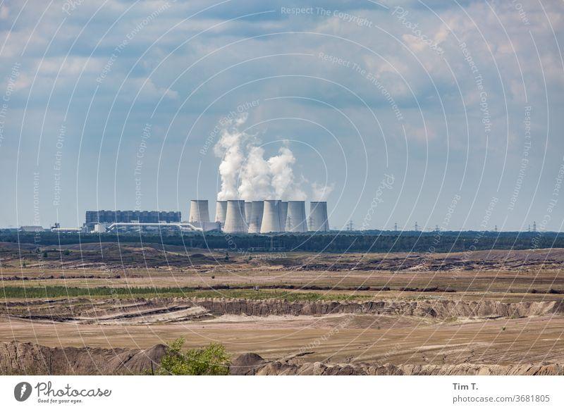 die Lausitz tagebau Kraftwerk Kohlekraftwerk Jänschwalde Himmel Kühlturm Wolken Energiewirtschaft Umweltverschmutzung Industrie Klimawandel Außenaufnahme
