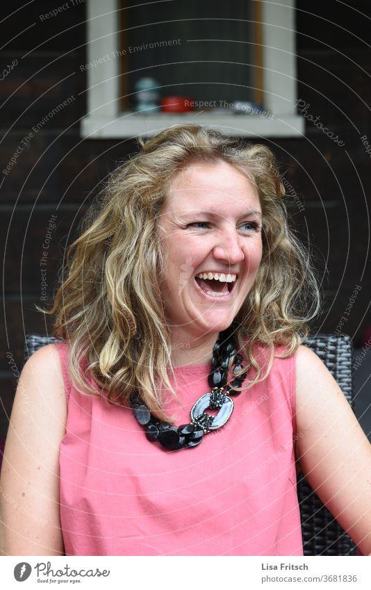 STRAHLEFRAU glücklich Glück hübsch blond Lebensglück 30-45 Jahre lachen Außenaufnahme Optimismus Lebensfreude Zufriedenheit Fröhlichkeit Locken Gesundheit