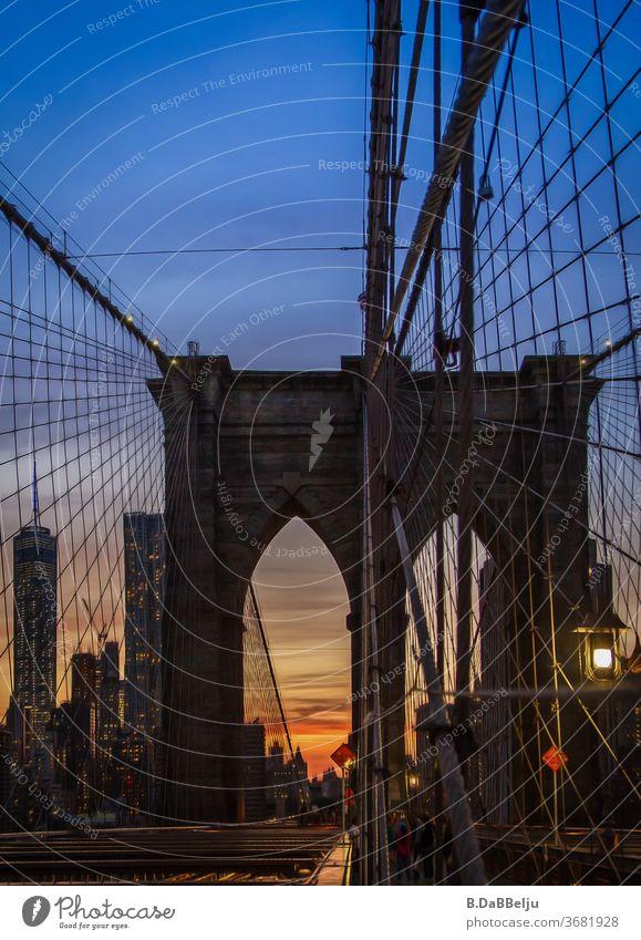 Den Manhattanhenge um ein paar Tage verpasst, aber auch so war das Abendrot ein Erlebnis auf der Brooklyn Bridge. New York Reisen USA Urlaub Panorama (Aussicht)