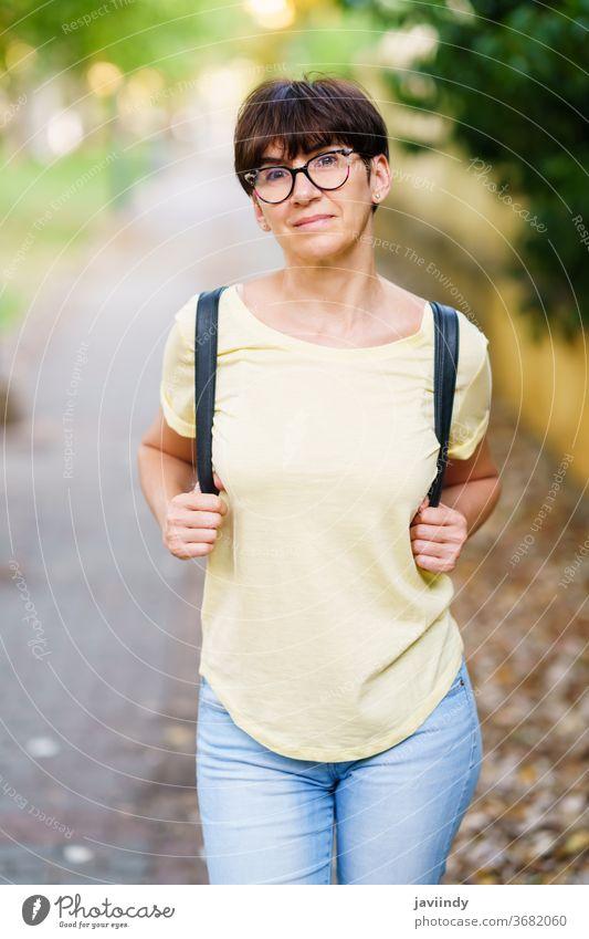 Schöne Frau mittleren Alters geht die Straße entlang im Freien Attrappe niedlich Lifestyle lässig Kaukasier heiter Pflege Single Sitzen schön Freizeit Sommer