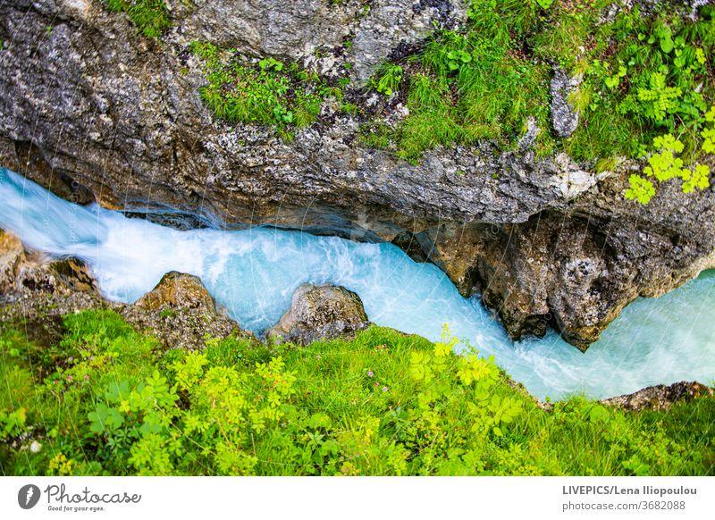Berglandschaft mit blauem Bach und grüner Vegatation Textfreiraum Tag Tageslicht Landschaft Natur Fluss Ufer Sightseeing strömen Sommer reisen Ausflug