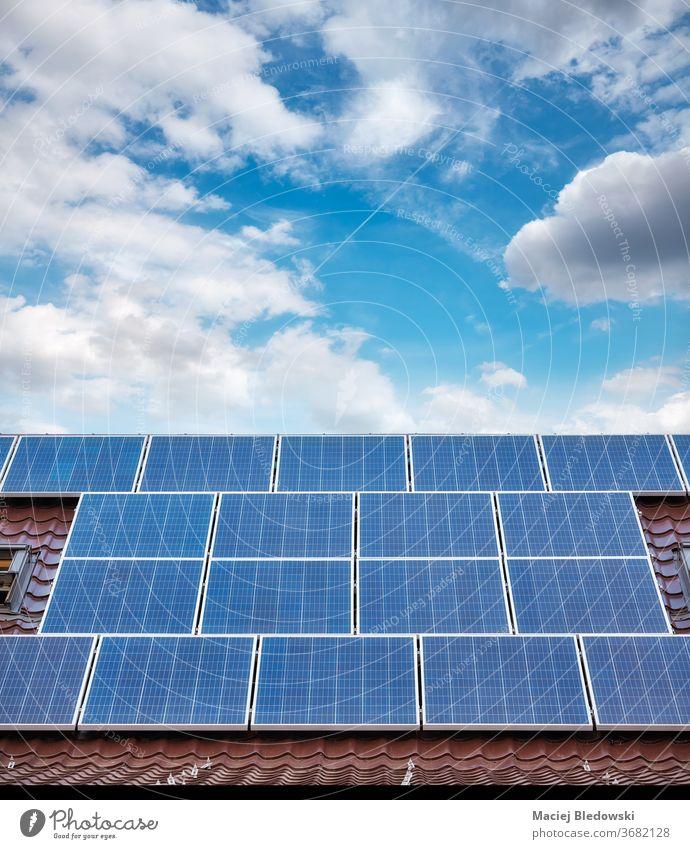 Photovoltaische Solarpaneele auf dem Dach eines Hauses. Panel solar Kraft grün heimwärts Gebäude Energie Technik & Technologie Himmel Elektrizität Sauberkeit