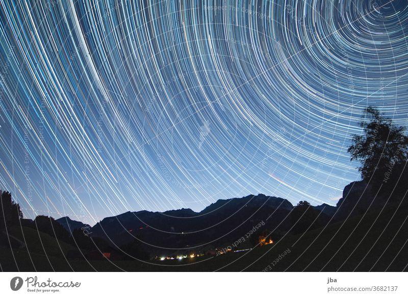 Langzeitbelichtung inkl. Komet Neowise Milchstrasse Milky Way Polarstern Nordstern Nacht dunkel Abend drehen zirkular Stern Sterne Silouhette Bergkette