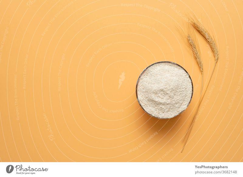 Vollkornmehl in einer Schüssel, isoliert auf beigem Hintergrund. Schale mit Mehl von oben obere Ansicht Bäckerei backen Transparente Schalen & Schüsseln Müsli