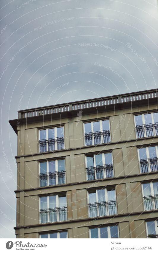 Gleich regnets Fassade Außenseite Häuserfront Mehrfamilienhaus Fenster Glas Dachterrasse Stadt Großstadt Berlin urban architektonisch Architektur Gebäude