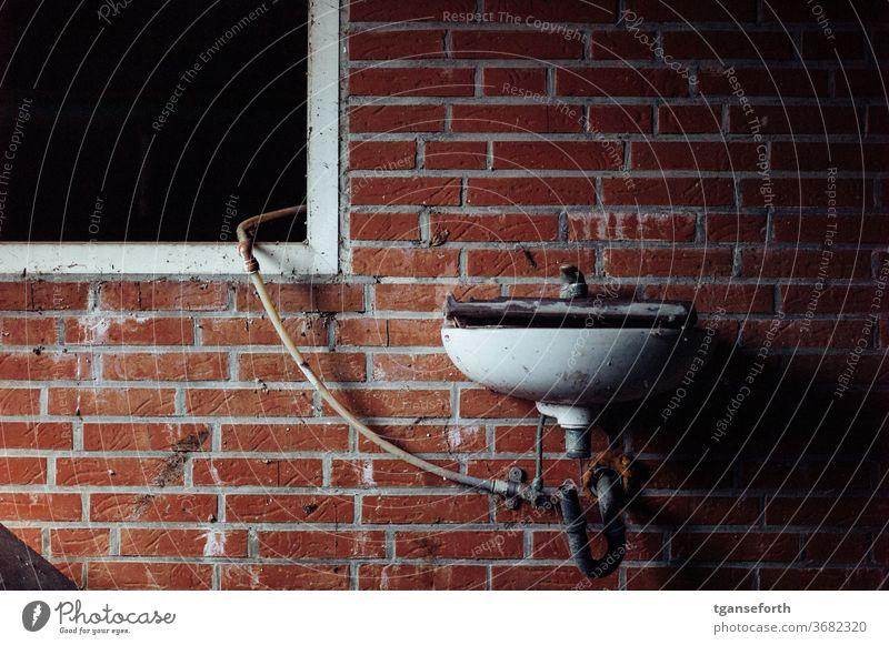 Waschbecken und Fenster Wand Wasserhahn alt Innenaufnahme Menschenleer dreckig Verfall Vergänglichkeit Detailaufnahme Mauer kaputt Farbfoto Vergangenheit