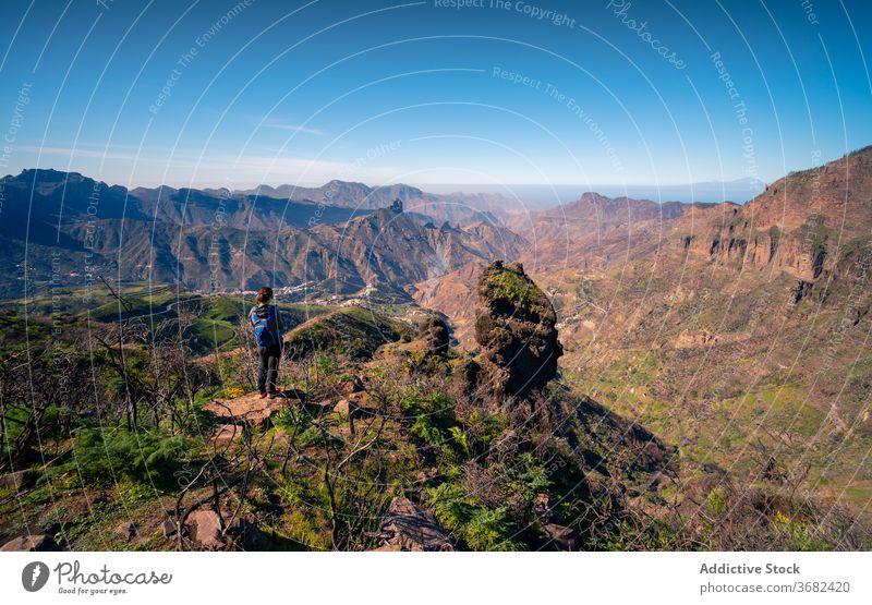 Reisender auf hohem Gipfel im Gebirge Berge u. Gebirge Hochland Felsen Hügel bewundern genießen Frau Stein felsig Gran Canaria Spanien Tourist atemberaubend