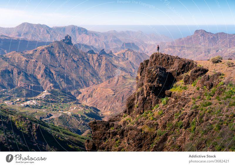 Reisender auf hohem Gipfel im Gebirge Berge u. Gebirge Hochland Felsen Hügel bewundern genießen rau Stein felsig Gran Canaria Spanien Tourist atemberaubend