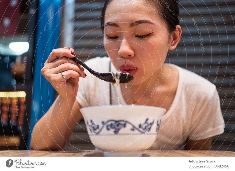 Asiatische Frau isst traditionelle Nudeln essen Suppe Taiwan Asiatische Küche Schalen & Schüsseln Tradition jung Mahlzeit ethnisch asiatisch Mittagessen