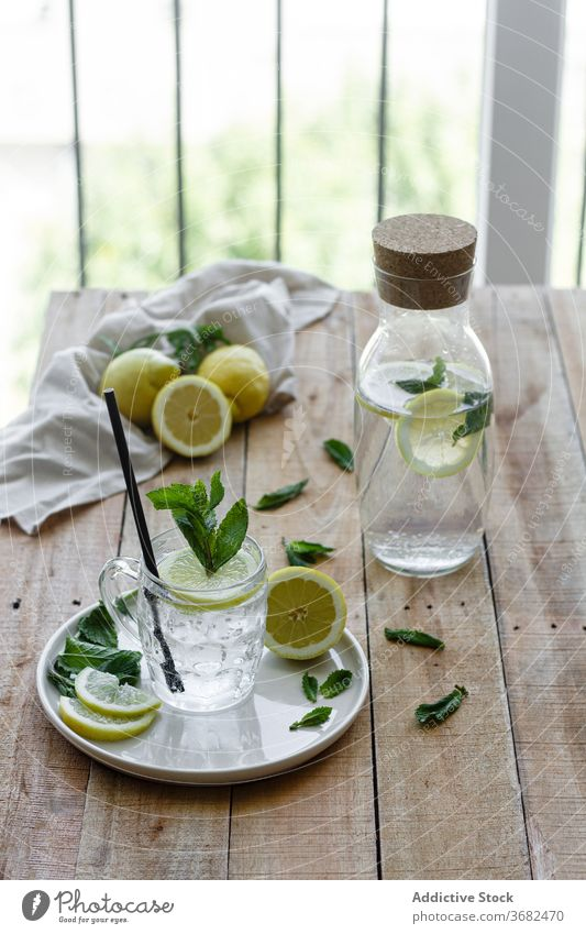 Glas mit frischem Zitronengetränk auf dem Tisch trinken Soda Wasser kalt aktualisieren natürlich Getränk Minze Tasse Erfrischung Cocktail liquide cool lecker