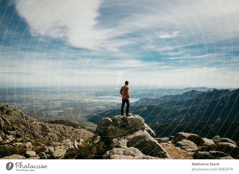 Unbekannter Reisender bewundert Berge Mann Berge u. Gebirge Kamm bewundern reisen Stein wolkig Himmel puerto de la morcuera Spanien männlich Natur Ausflug
