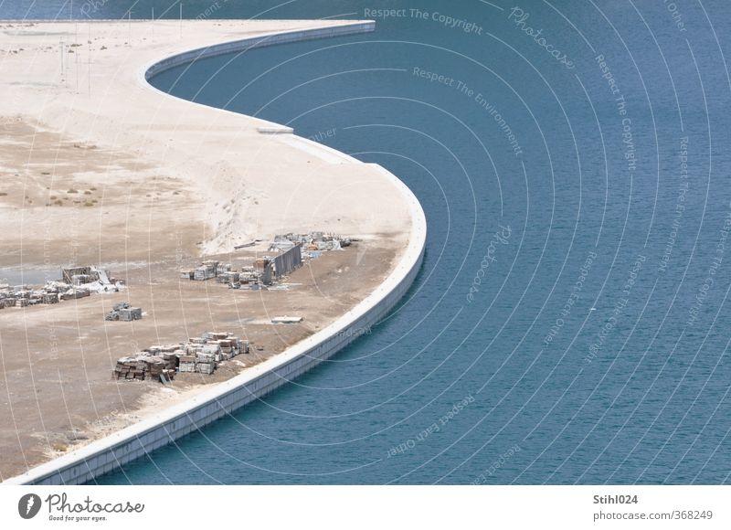 Hafenmauer blau Stadt Wasser Einsamkeit Umwelt Ferne Wand Mauer Sand Linie braun Design modern ästhetisch Baustelle