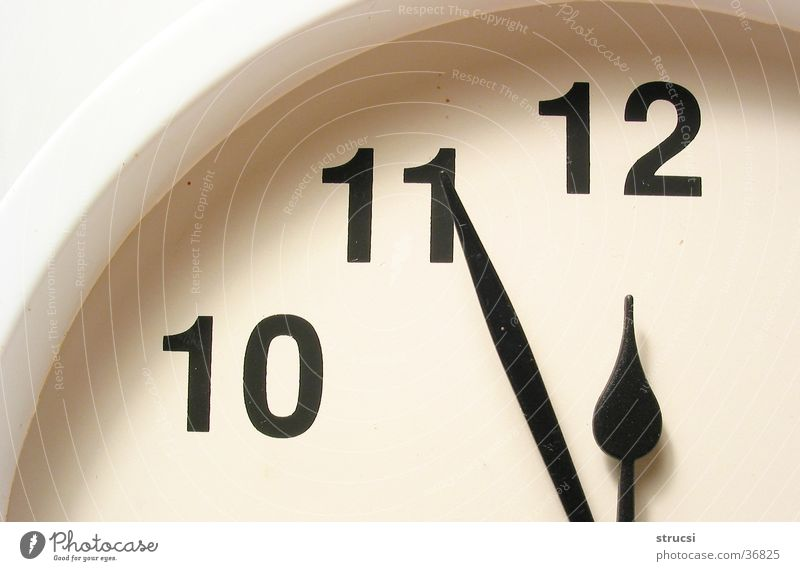 Fünf-vor-zwölf Uhr schwarz weiß Zeit 12 Dinge Uhrzeiger Ziffern & Zahlen Zifferblatt rund spät früh Wecker Wanduhr 11 10 Genauigkeit genau Minutenzeiger