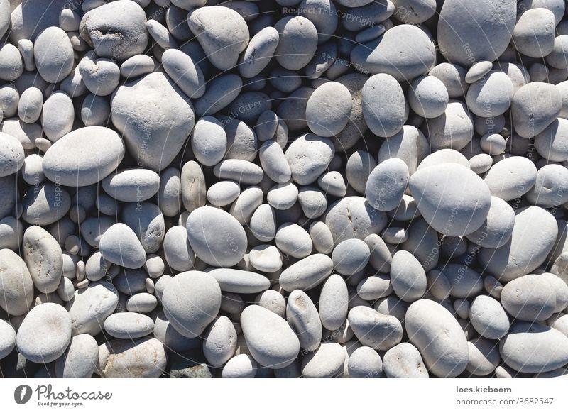 Nahaufnahme von strahlend weißen und grauen Steinen an einem Strand Natur Kieselsteine Felsen Hintergrund Material Muster natürlich sanft im Freien Textur Form