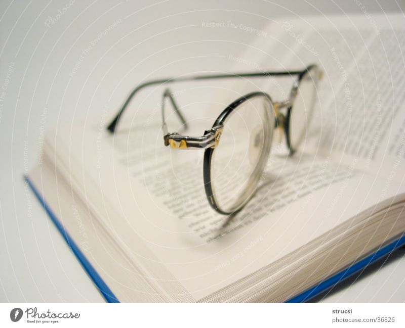 Brille auf Buch blau Buch lernen lesen Brille Freizeit & Hobby Dinge nachdenklich Seite genießen Buchseite Linse Bibliothek Kriminalroman Literatur Roman