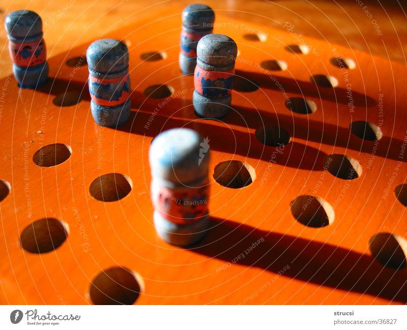 Brettspiel Spielen Holz orange rund Freizeit & Hobby Regel Loch Figur Spielfigur Morgen hell-blau Spielregel