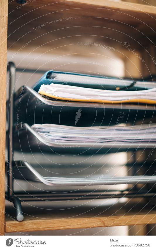Eine Ablage mit Dokumenten und Unterlagen Ordnung Büro Arbeitszimmer Arbeitsplatz Briefablage Dokumentenablage Business sortiert Büroarbeit Papierablage