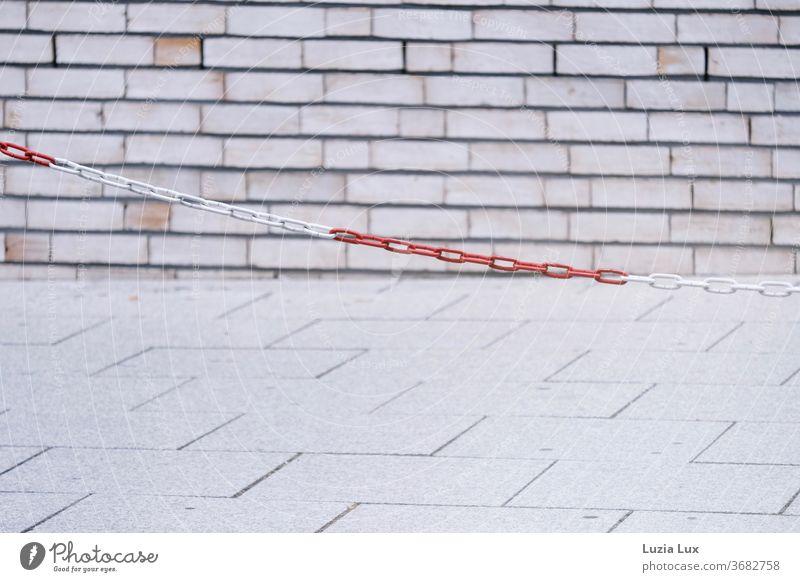 rotweiße Absperrkette vor hellem Mauerwerk Bürgersteig Straße Verkehrswege Kopfsteinpflaster Pflastersteine Stein Wege & Pfade Straßenbelag Menschenleer