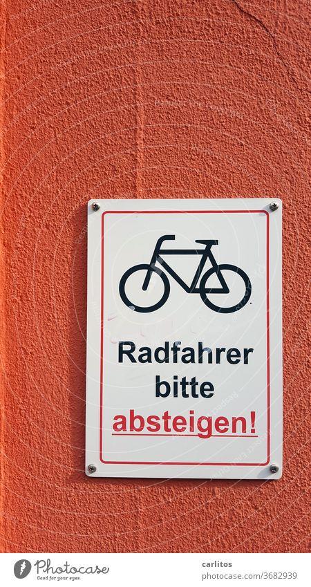 Eigentlich wollte er mit dem Rad ins noble Stadthotel, doch nun wurde er in eine billige Absteige gebeten .... Wand Schild Fahrrad absteigen Hinweis