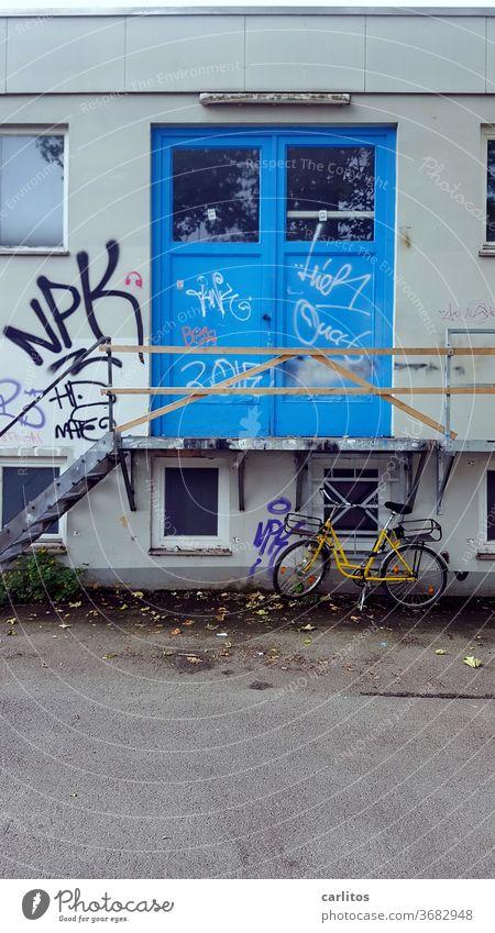 Rad vor billiger Absteige Fahrrad Treppe Eingang blau Geländer Provisorium Treppengeländer Architektur aufwärts gelb abwärts Treppenabsatz