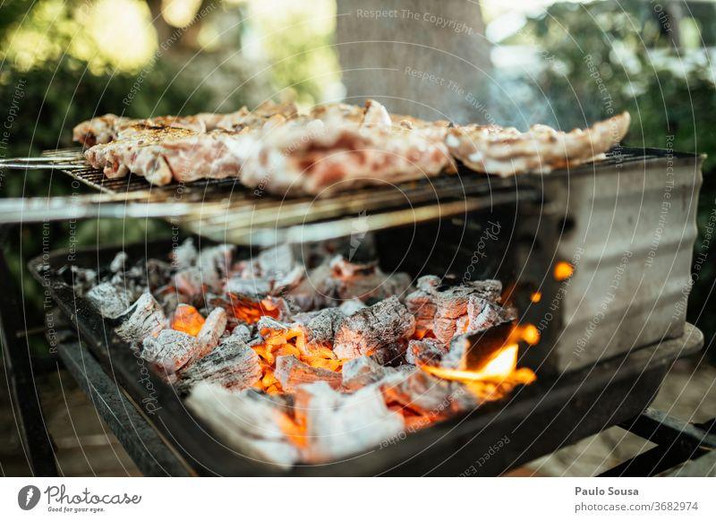 Grillen von Fleisch auf dem Grill Barbecue Grillrost gegrilltes Fleisch Ernährung Farbfoto Außenaufnahme Grillsaison Grillkohle Sommer heiß Lebensmittel lecker