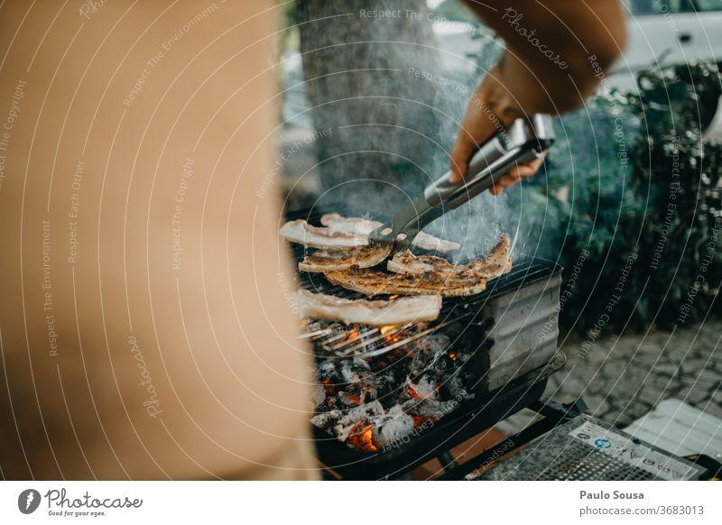 Grillen von Fleisch auf dem Grill Grillrost gegrillt gegrilltes Fleisch Steak heiß Grillkohle Sommer Grillsaison lecker Außenaufnahme Farbfoto Ernährung Feuer