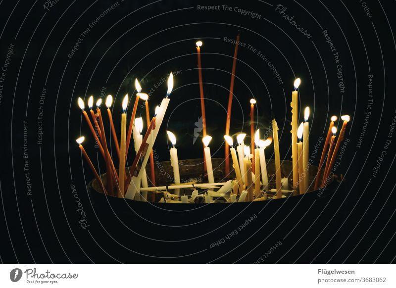 Kerzen anzünden Kerzenschein Kerzendocht Kerzenflamme Kerzenständer Kerzenstimmung Kerzenaltar Kerzenlicht Feuer Flamme gemütlich Lagerfeuerstimmung